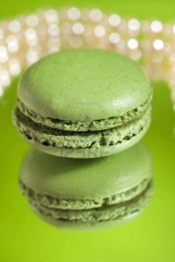 9047361-macaron-matcha-green-con-su-propio-tela-n-de-fondo-de-espejo-de-reflexia-n-y-antecedentes-nacarado