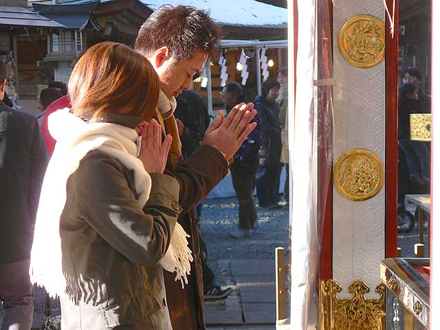 japon-navidad-ano-nuevo-hatsu-mode-rezando-plegarias